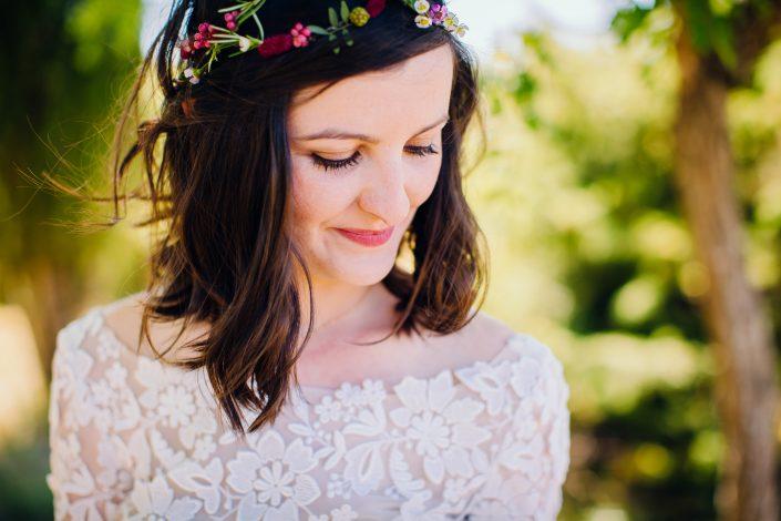 mariée avec jolie couronne de fleurs poppy figue flower