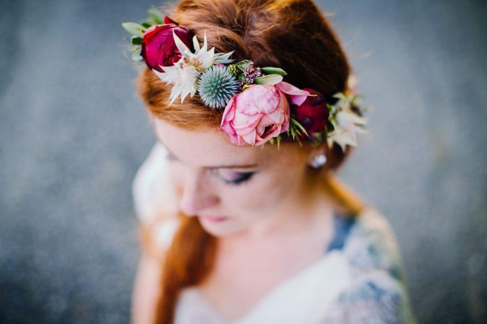mariée tatouée avec couronne de fleurs rock'n'roll