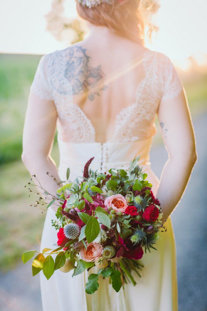 mariée tatouée avec son bouquet de poppy figue flower
