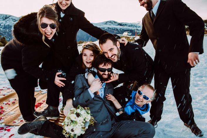 photo de groupe originale mariage dans la neige