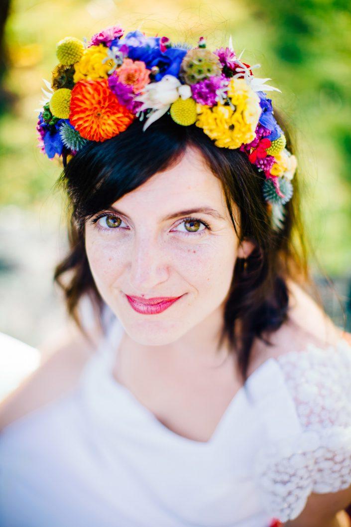 mariée basque avec couronne de fleurs rock'n'roll