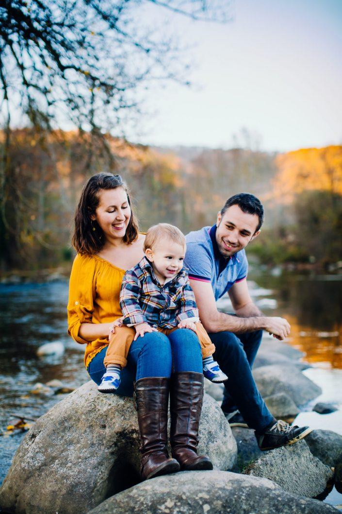 séance photo famille en Ariège, bord de rivière