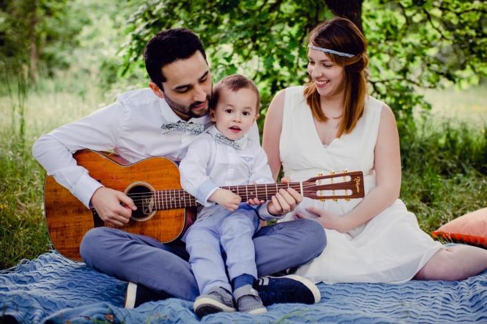 seance photo en famille à Toulouse, papa joue de la guitare