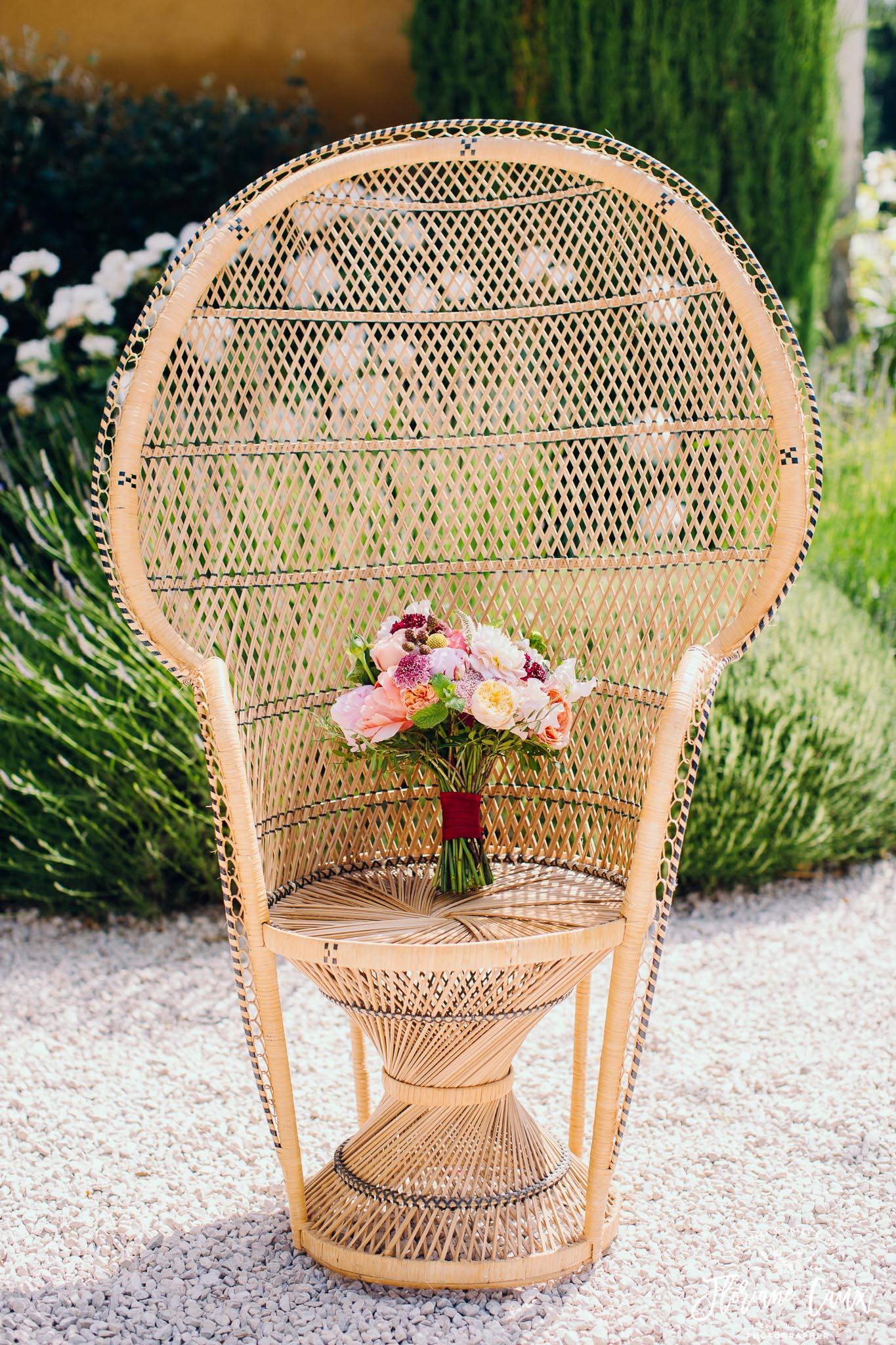 bouquet de mariée sur fauteuil Emmanuelle par Poppy Figue