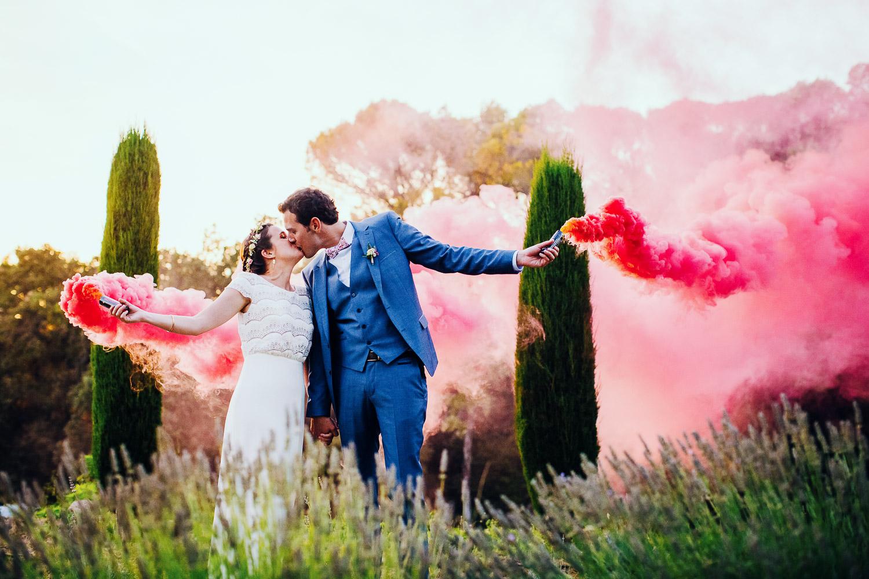 mariage au mas de so avec des fumigènes