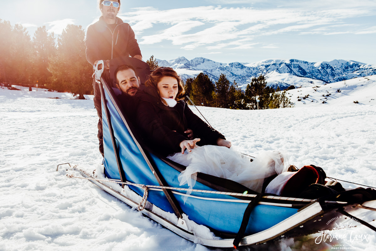 mariés avec chiens de traîneaux au plateau de beille