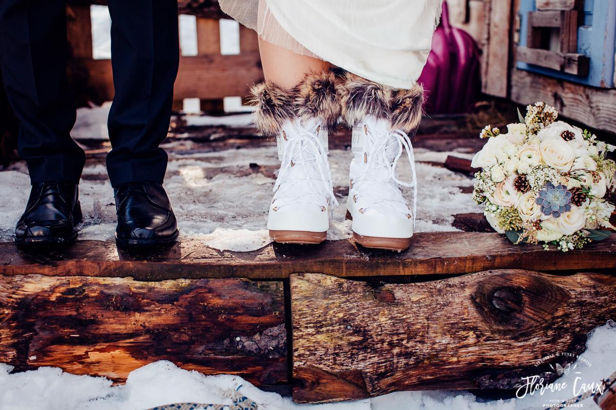 mariée en moon boots dans la neige