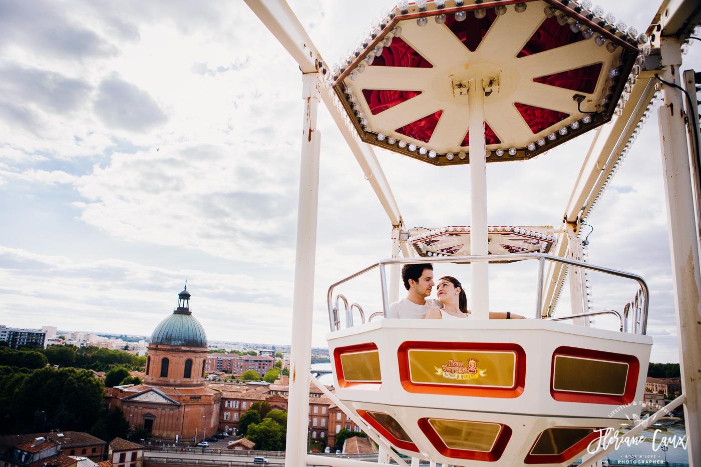 séance photo engagement à la grande roue à Toulouse en bord de Garonne