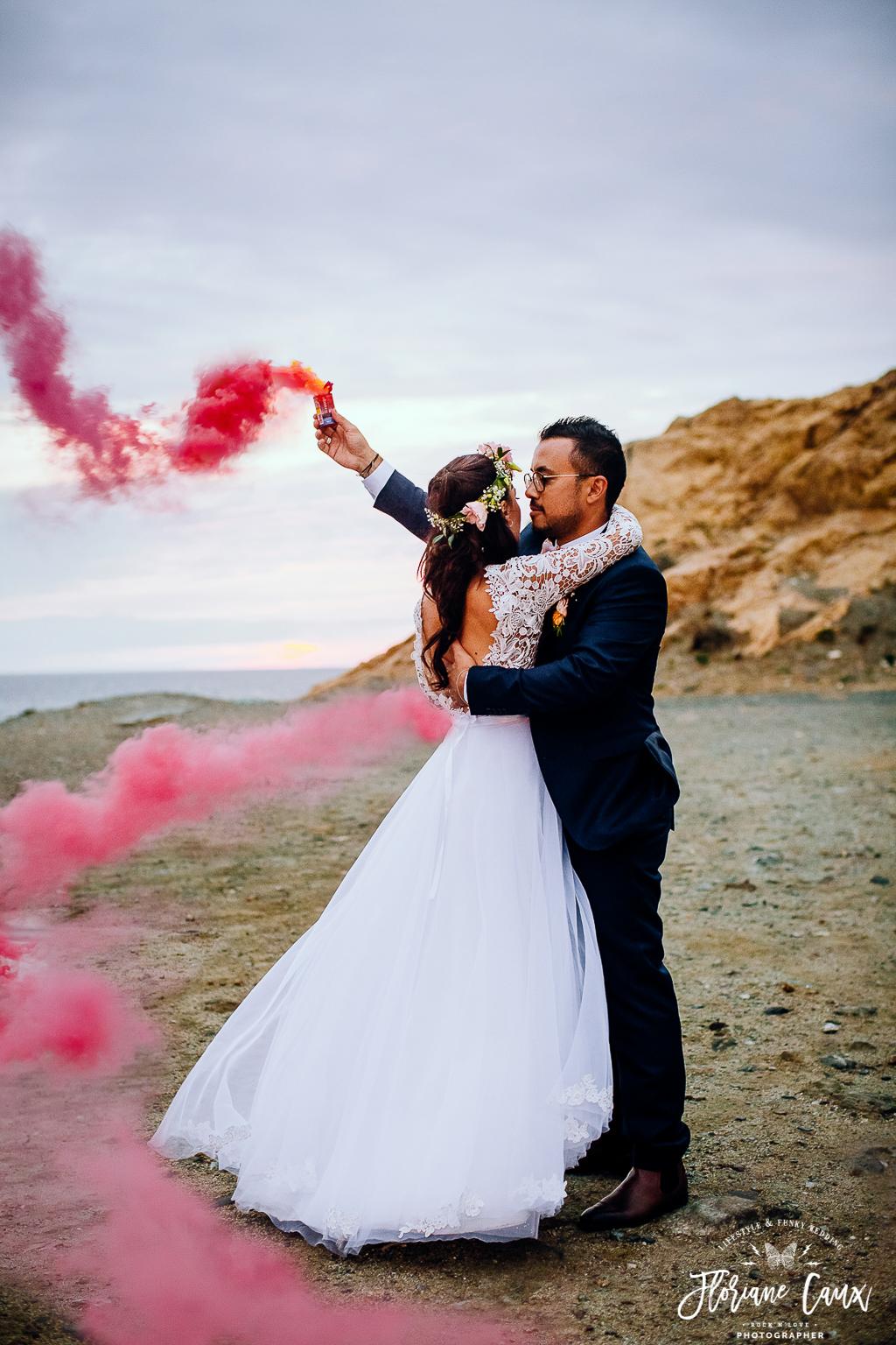 photo de couple mariage corse avec fumigènes